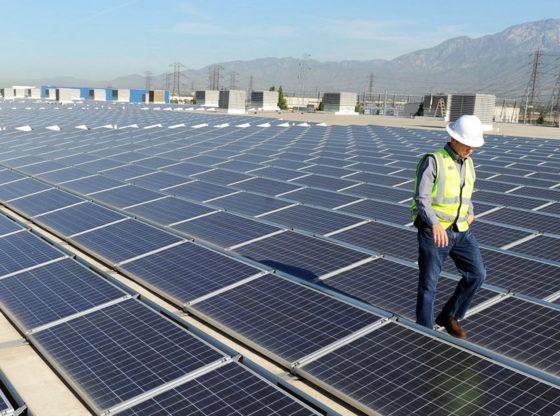 instalación de paneles solares en techos de fábricas